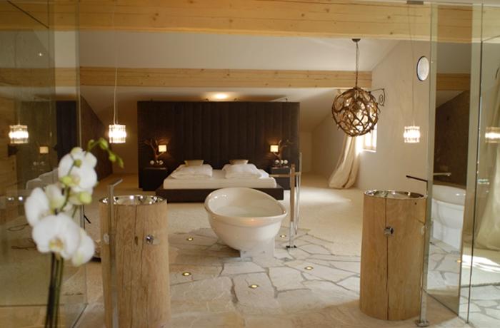 Romantische Hotelzimmer: Die freistehende Badewanne vor dem Bett lädt zum Verweilen ein.