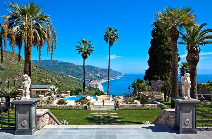 Urlaub auf Sizilien: Palmengarten mit Panorama-Pool und Blick auf die Küste im The Ashbee Hotel, Taormina