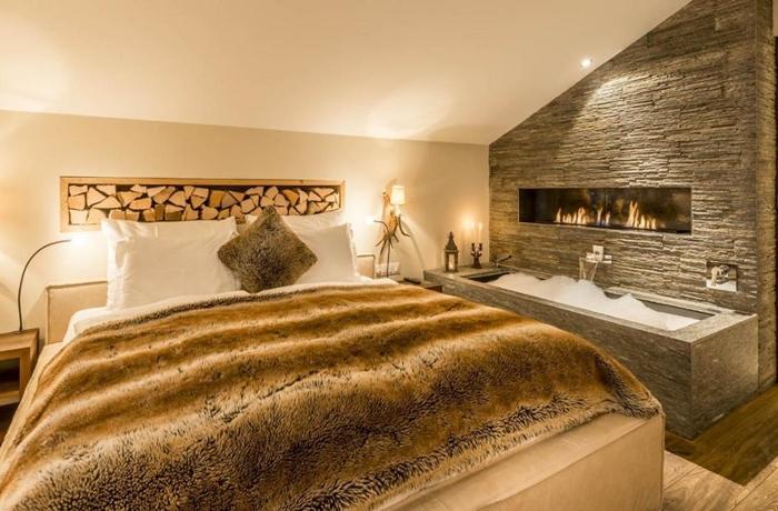 Romantische Hotelzimmer: Die urgemütliche Suita da Muoth mit Kuscheldecke und Kaminflackern.