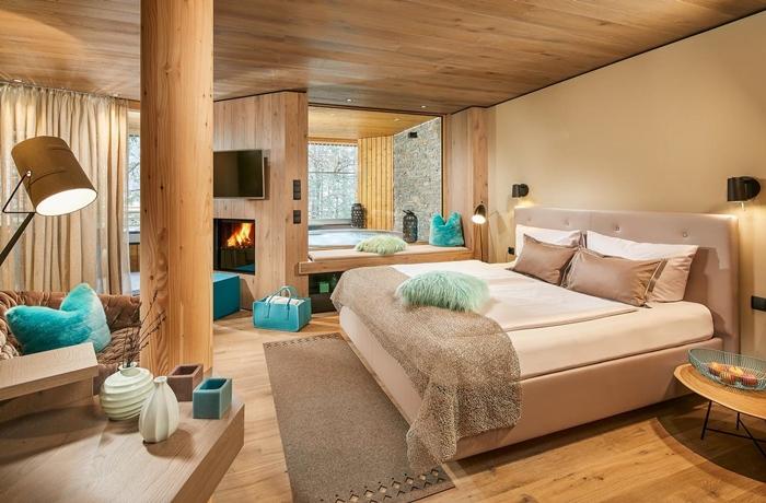 Romantische Hotelzimmer: Helles Holz und ganz viel Platz im Naturhotel Waldklause