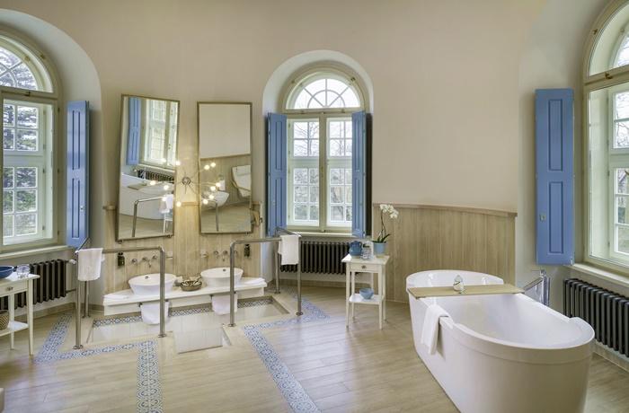 Freistehende Badewannen: Hotel Chateau Herálec, modernes Badezimmer im historischen Anwesen