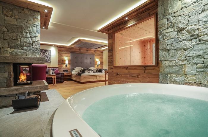 Romantische Hotelzimmer: Ein Steinkamin, ein eigener Whirlpool und eine private Saune sorgen hier für Wohlbefinden.