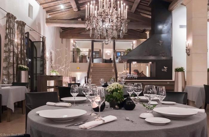 """Silvester-Essen: Elegante Tischgedecke zu ausgezeichneter Gourmetküche in """"La Coquillade"""""""