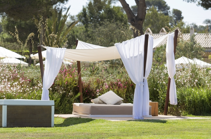 Adults Only Hotel: Himmelbett im Blumengarten, Fontsanta Hotel Thermal & Spa, Mallorca, Spanien