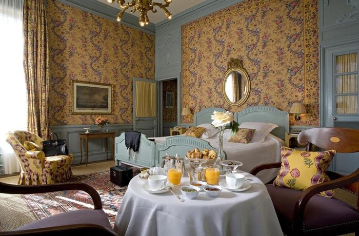 Romantische Hotelzimmer: Blumige Atmosphäre, Frühstück im Zimmer & französische Lebensfreude, was will man mehr?