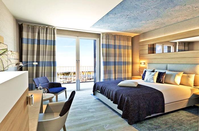 Osterurlaub an der Ostsee: Maritimes Hotelzimmer mit Blick auf den Hafen im Hafenhotel Meereszeiten