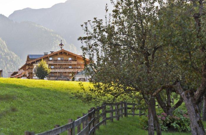 Wellnesshotels Österreich: Wiese vor dem ElisabethHotel Premium Private Retreat | Adults Only in Mayrhofen