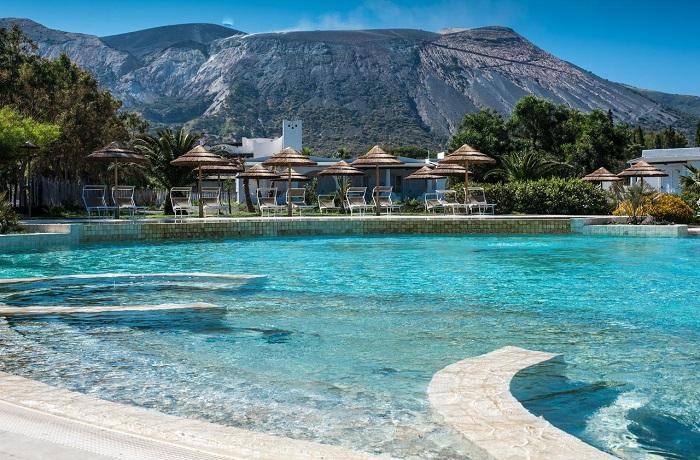 Badeurlaub: Außenpool mit Panoramablick auf den Vulkan im Mari del Sud Resort auf Sizilien, Italien