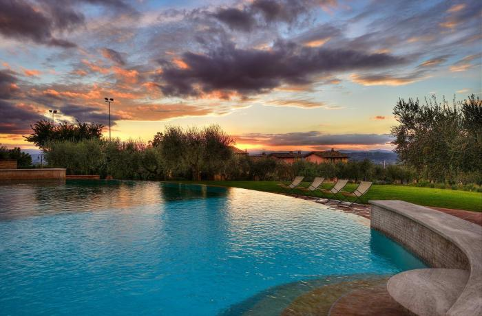Poolansicht in Abenddämmerung im Borgobrufa Spa Resort, einem der schönsten Hotels für Erwachsene in Umbrien