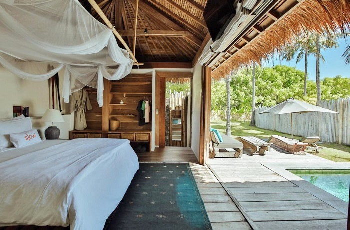 Badeurlaub: Zimmer mit Blick auf Pool und Garten im Hotel Slow Gili Air auf Bali, Indonesien
