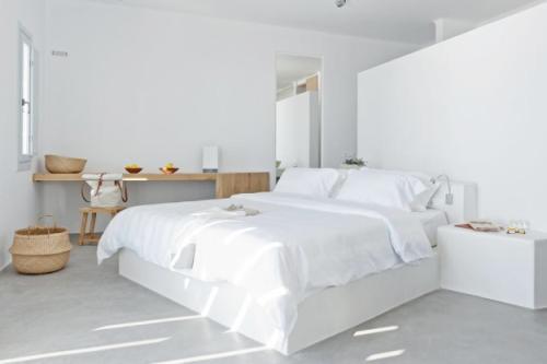 Im Landhausstil Gehalten, Zaubern Sie Verspielte Leichtigkeit, Während  Geradlinige, Moderne Möbel In Weiß Eher Die Kühle Seite Der Farbe Betonen.