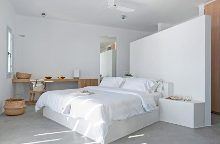 Weißes Zimmer mit freistehender Trennwand im Hotel Santorini Heights | Adults Only