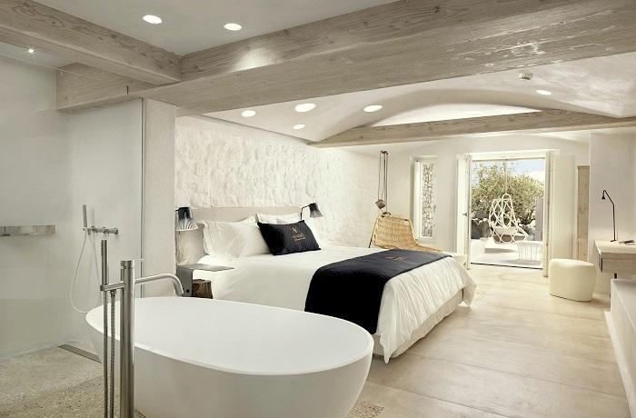 Badeurlaub: Zimmer mit freistehender Badewanne und Terasse im Kensho Boutique Hotel and Suites auf Mykonos, Griechenland