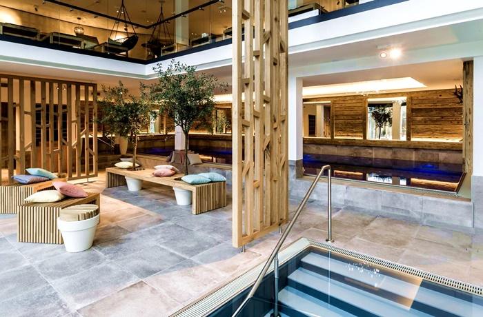 Wellnesshotels: Landhotel Voshövel - NRW, Deutschland mit Einblick in den Spa-Bereich mit Bänken und kleinem Pool