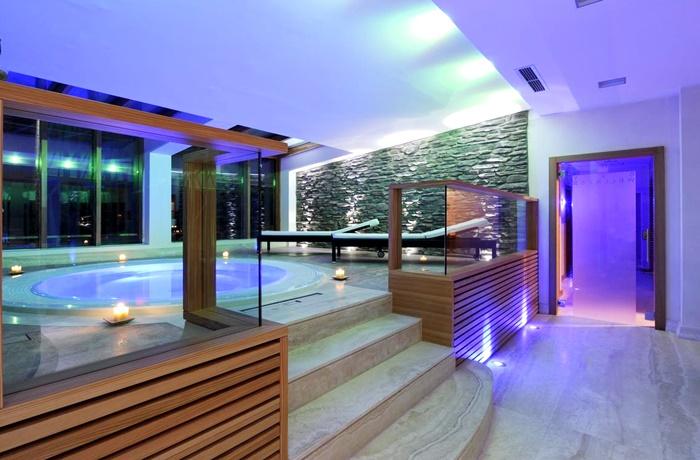 Einzigartige Skihotels: Runder Indoor-Jacuzzi im Majestic Mountain Charme Hotel, Trentino Südtirol, Italien