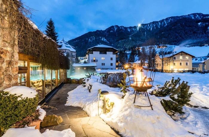 Winterurlaub Wandern & Wellness: Hotel Angelo Engel, beheizter Innen- und Außenpool, warmer & gemütlicher Stil, geführte Touren durch die Berge, St. Ulrich Gröden, Italien