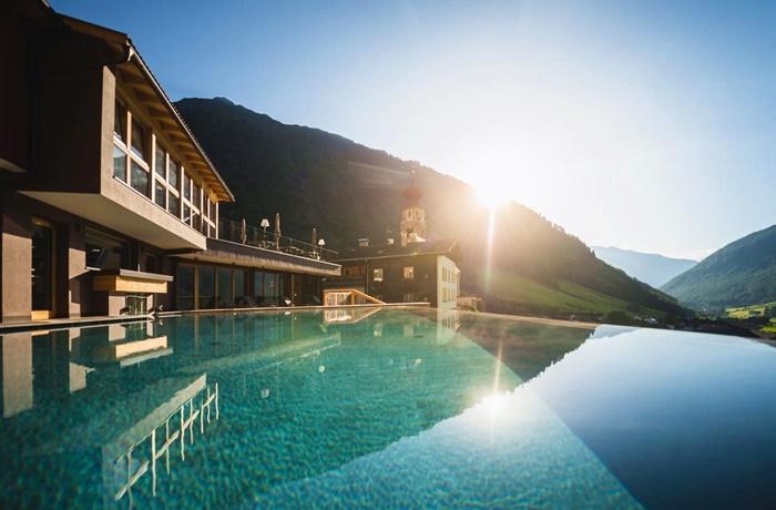 Winterurlaub Wandern & Wellness: Tonzhaus Hotel, traumhafter Ausblick auf die Ötztaler Alpen, Infinitypool,, natürliche Bergküche