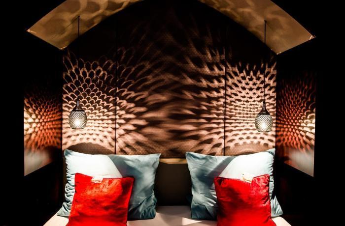 Frontalansicht vom Bett in Rot- und Schwarz-Nuoncen in einem der Adults Only Hotels in Deutschland: 7 Sentidos | Adults Only