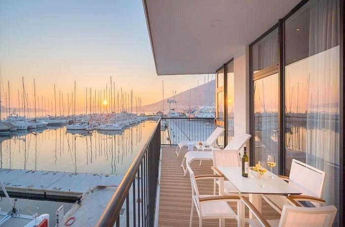 Badeurlaub: Balkon mit Blick auf den Hafen und Sonnenuntergang der Marina Baotić Apartments in Dalmatien, Kroatien