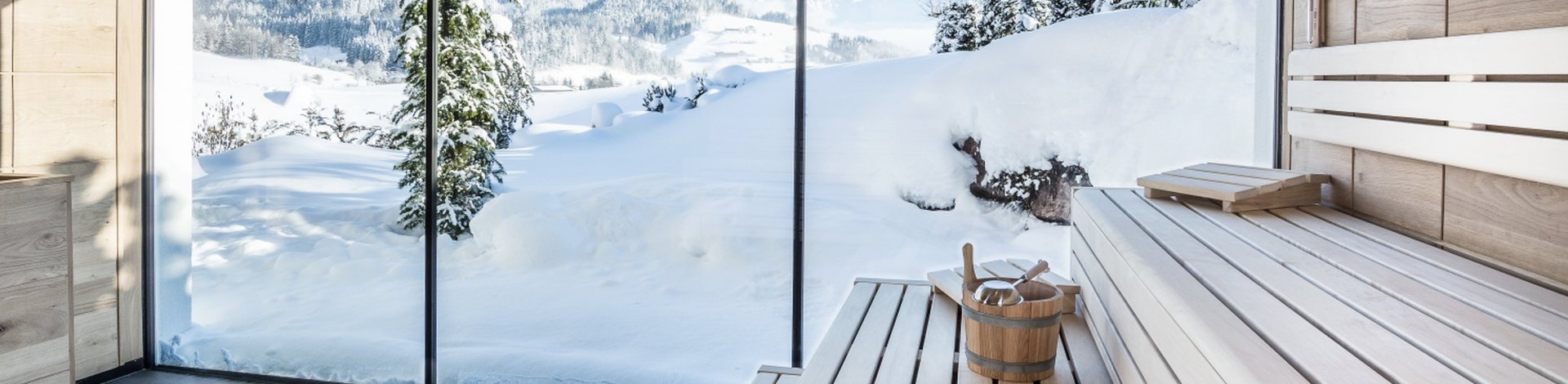 Wellnesshotels: Hotel Puradies in Leogang, mit Sauna und Blick auf Schneelandschaft