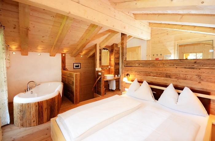 Freistehende Badewannen: Gemütliches Holzinterieur im Hotel Puradies