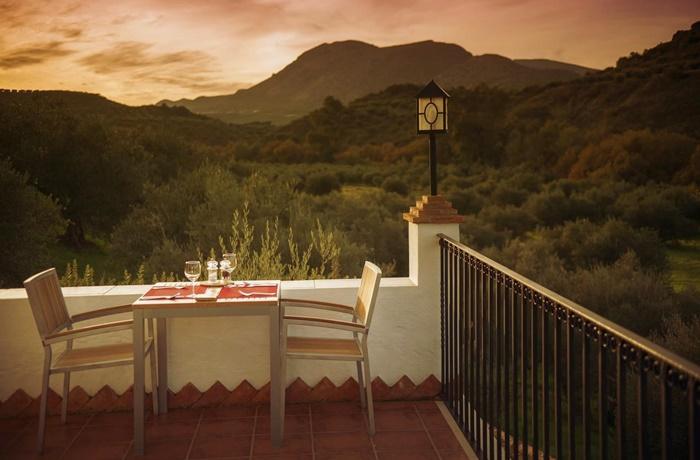 Hotels in Spanien: Casa Olea, Priego de Córdoba, romantische Balkon, Terrasse , mit gedeckten Tisch und Stühlen, Panoramablick auf die grüne Berglandschaft
