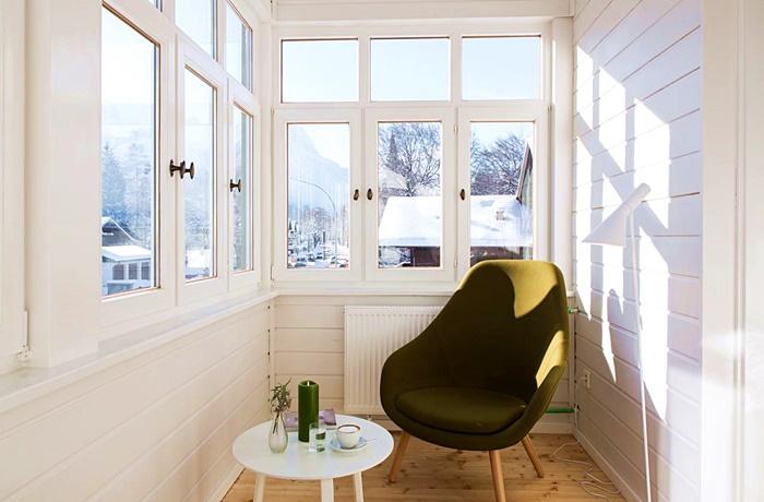 Einzigartige Skihotels: Kleiner Wintergarten mit Stuhl und Tischchen im Hotel quartier - lodges, Bayern, Deutschland