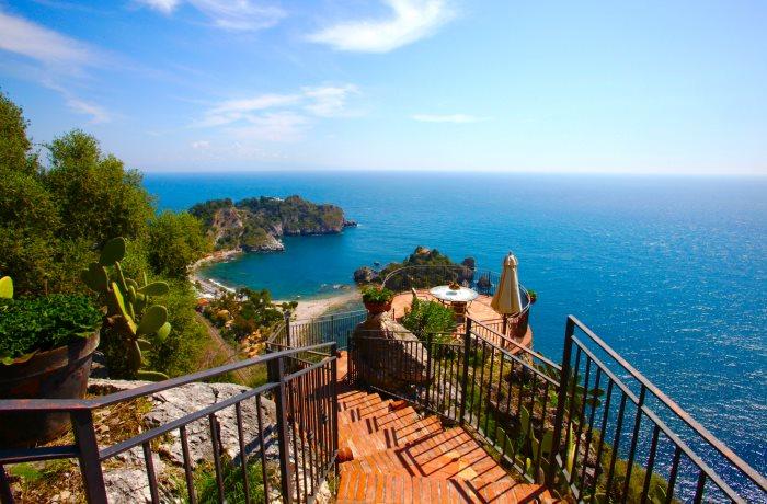 Urlaub auf Sizilien: Terrasse mit Panoramablick aufs Meer im Grand Hotel San Pietro, Taormina