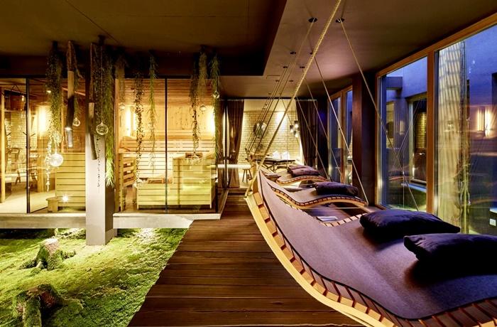 Wellnesshotels: Eder - Lifestyle Hotel - Region Salzburg, Österreich mit Hängeschaukeln im Spa-Bereich