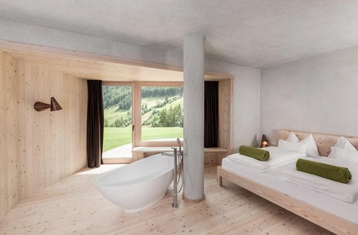 Klare Linien bestimmen das Design im Hotel Bühelwirt in Italien