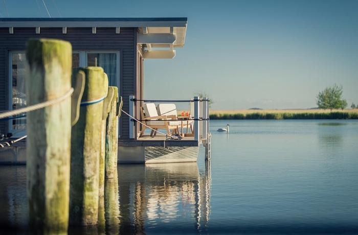 Badeurlaub: Schwimmende Suiten Usedom mit Blick auf das Wasser, an der Ostsee, Deutschland