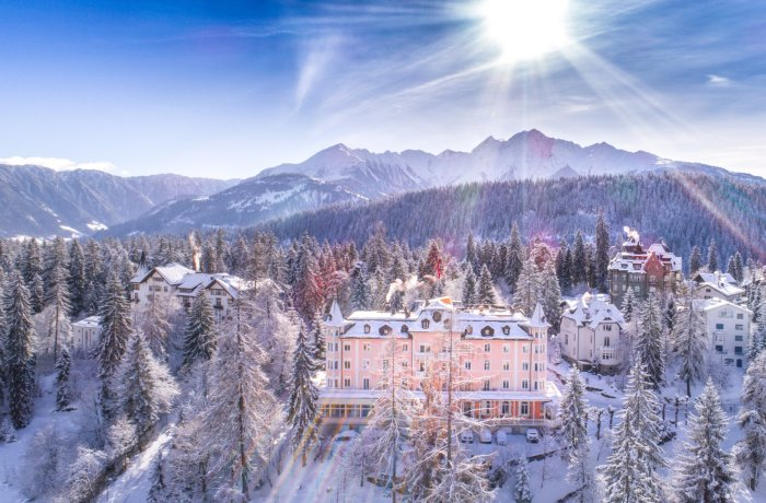 Einzigartige Skihotels: Panoramablick auf Romantik Hotel Schweizerhof, Graubünden, Schweiz