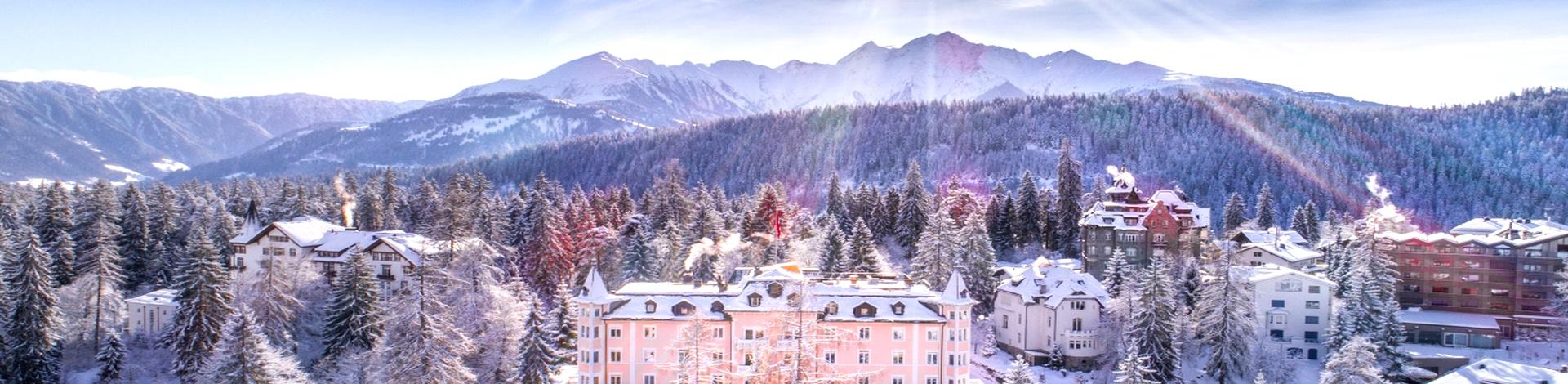 Einzigartige Skihotels: Panoramaaufnahme vom Romantik Hotel Schweizerhof, in verschneiter Waldlandschaft
