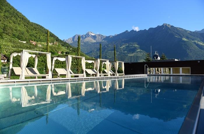 Daybeds am Outdoor Pool oder doch liebe eine Yoga Session? Geht alles in diesem Hotel