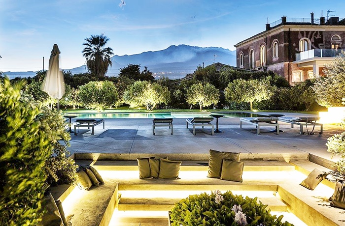 Urlaub auf Sizilien: Garten mit Pool und Blick auf den Ätna im Zash Boutique Hotel, Giarre