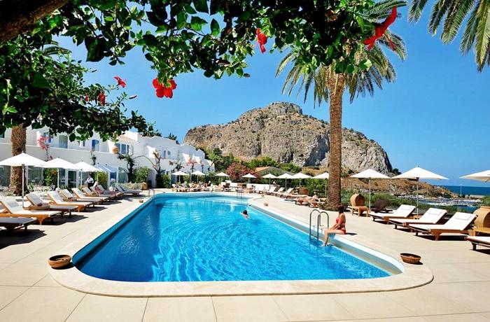 Urlaub auf Sizilien: Großer Pool mit privatem Meerzugang im Luxushotel Calette N°5, Cefalù