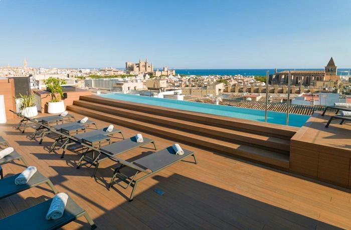 Hotels in Spanien: Nakar Hotel, Palma de Mallorca, Panoramablick über Altstadt bis zum Meer, Terrasse mit Pool