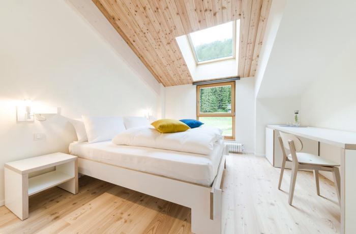 Hotel Zum Hirschen: Zimmerrinneres mit Fenster und Blick ins Grüne