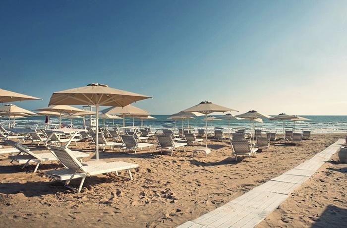 Sommerurlaub mit Pool & Strand: Modica Beach Resort, Italien, Wellnessbereich mit Pool, Lage am Strand, romantisch