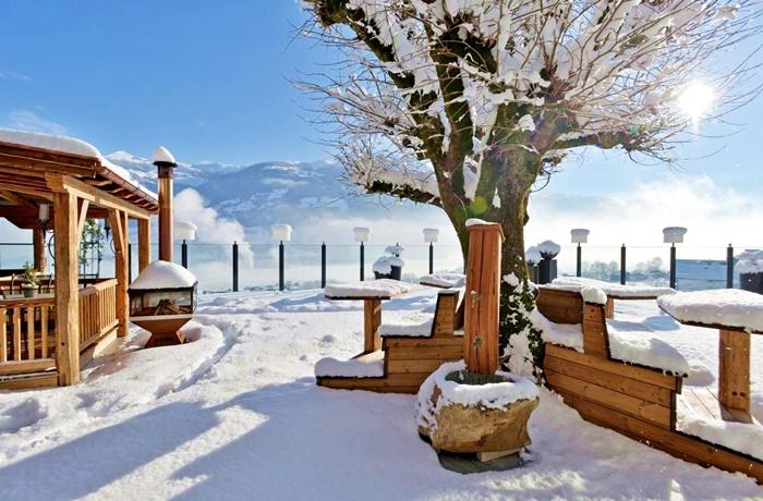 Einzigartige Skihotels: Schneebedeckter Außenbereich im Hotel Waldfriede, Tirol, Österreich