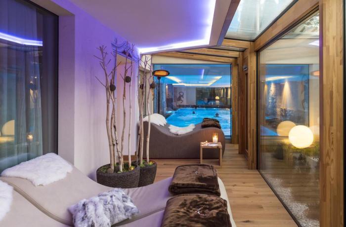 Wellnesshotels: ABINEA Dolomiti Romantic & SPA Hotel - Trentino Südtirol, Italien, Spa mit Ruheraum und Blick auf Pool