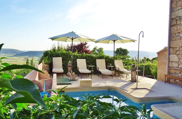 Ein kleiner Außenpool gehört zum Hotel – die perfekte Abkühlung im heißen spanischen Sommer
