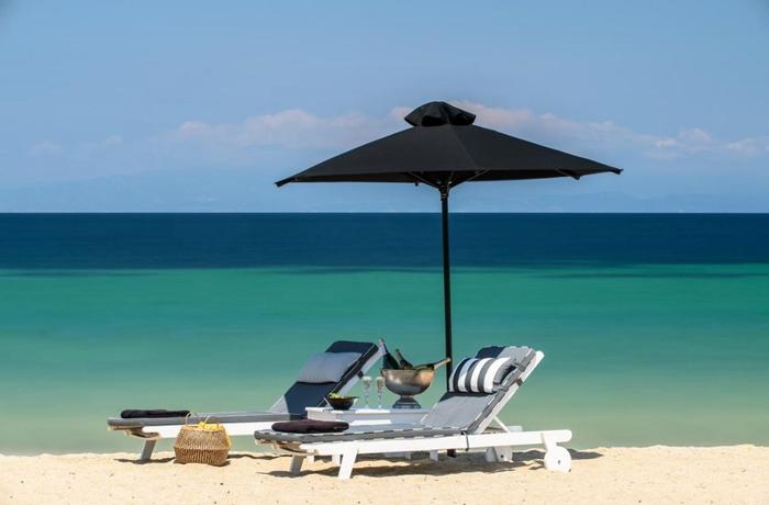 Blick auf den zum Avaton Luxury Villas Resort gehörenden Sandstrand