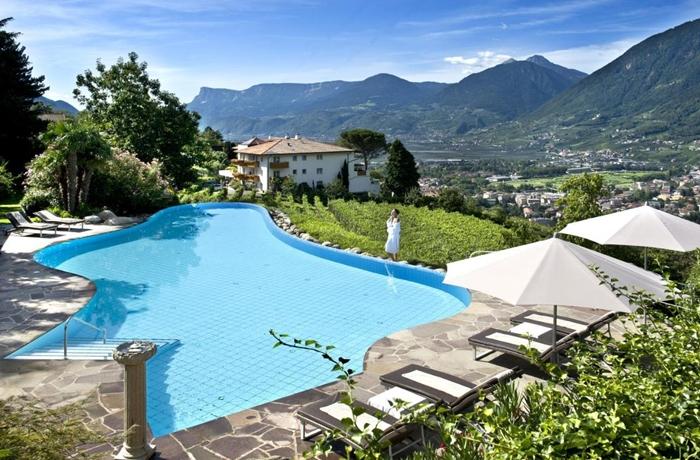 Der freiförmige Pool lädt zum Schwimmen ein, die Aussicht zum Träumen – im Hotel Sonnbichl