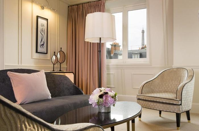 Romantische Hotels: Wen erspäht man denn da in der Fensterecke? Richtig, den Eiffelturm.