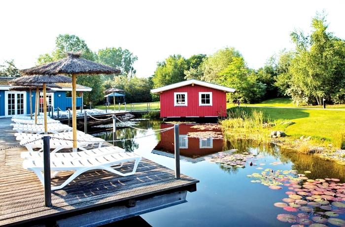 Wellnessurlaub über Ostern: Garten mit Teich und Sonnenterasse, WONNEMAR Resort-Hotel, Wismar, Mecklenburg-Vorpommern