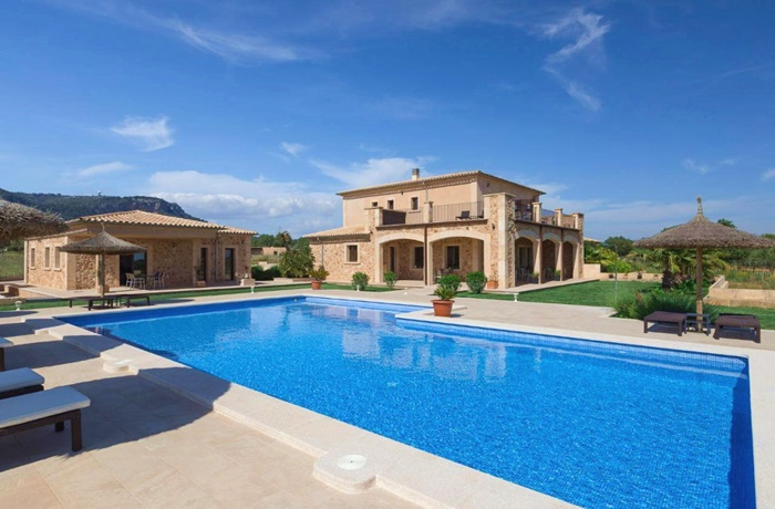Hotels in Spanien: Finca Alegria, Llucmajor, großer Pool, Blick auf das Hotel und grüne Berglandschaft im Hintergrund
