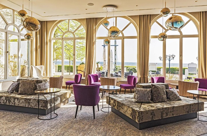 Ostern am Meer: Stylischer Lounge mit Meerblick im Strandhotel Atlantic, Usedom, Mecklenburg-Vorpommern