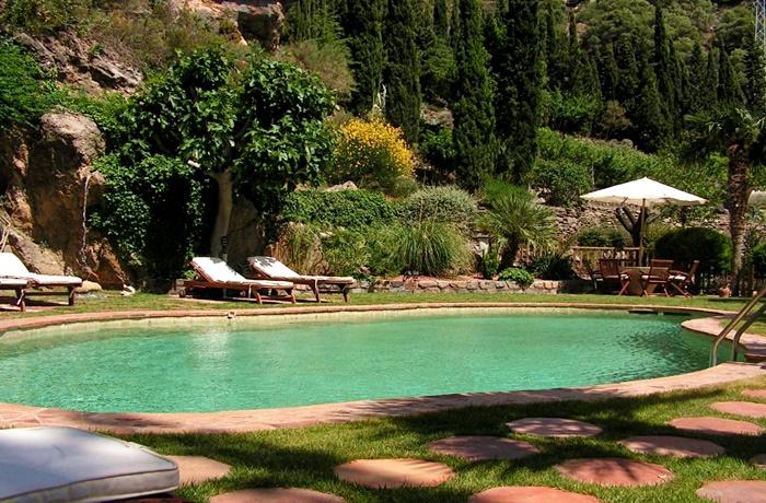 Hotels in Spanien: Juan Valiente, Nigüelas, Garten mit klarem Pool, Liegestühle, Gartenstühle und Tisch, Blick auf die grüne Natur