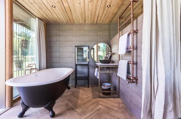 In dieser freistehenden Badewanne lässt es sich herrlich entspannen